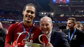 Peter Moore mừng chức vô địch Champions League cùng Liverpool. Ảnh: Getty Images