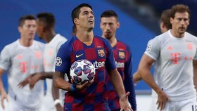 Luis Suarez thất vọng sau thảm bại trước Bayern Munich. Ảnh: Getty Images