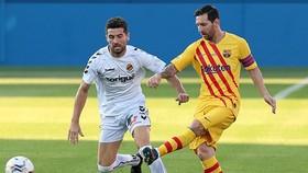 Lionel Messi tươi tắn với tấm băng đội trưởng cùng Barca. Ảnh: Getty Images