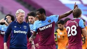 HLV David Moyes và 2 trụ cột phải về nhà ngay trước trận, nhưng West Ham vẫn thắng lớn.
