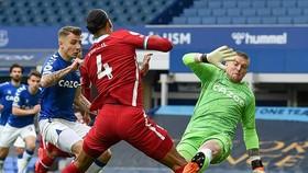 Tình huống khiến Virgil van Dijk có thể kết thúc sớm mùa giải. Ảnh: Getty Images