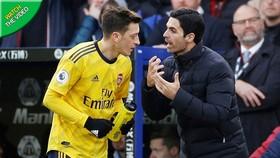 Mikel Arteta thật sự đã cạn kiên nhẫn với Mesut Oezil. Ảnh: Getty Images
