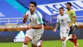 Luis Suarez ghi bàn cho tuyển Uruguay trước khi có xét nghiệm dương tính với Covid-19. Ảnh: Getty Images