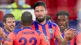 Olivier Giroud rực sáng giúp Chelsea hủy diệt Sevilla để chiếm ngôi đầu. Ảnh: Getty Images