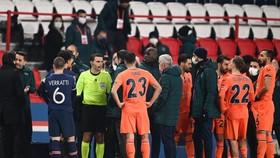 Cầu thủ 2 đội rời sân phản đối và không trở lại thi đấu.