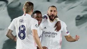 Karim Benzema tỏa sáng với cú đúp bàn thắng bằng đầu giúp Real chiến thắng. Ảnh: Getty Images