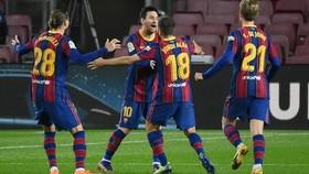 Lionel Messi và đồng đội Barcelona mừng chiến thắng. Ảnh: Getty Images