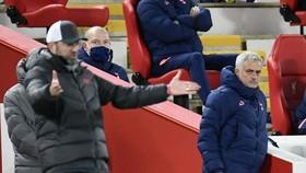 HLV Jose Mourinho khá điềm tĩnh trước sự sôi nổi của đồng nghiệp Jurgen Klopp. Ảnh: Getty Images