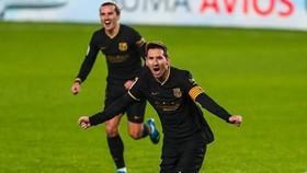 Lionel Messi và Antoine Griezmann giúp Barca thăng tiến. Ảnh: Getty Images