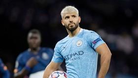 Sergio Aguero thất vọng khi lại phải chờ ngày trở lại sân cỏ. Ảnh: Getty Images