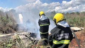 Nhân viên cứu hộ tiếp cận hiện trường vụ rơi máy bay.