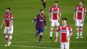 Lionel Messi tỏa sáng với cú đúp trong chiến thắng 5-1 trước Alaves.