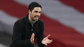 HLV Mikel Arteta nhẹ nhõm khi mùa giải vừa được giải cứu. Ảnh: Getty Images