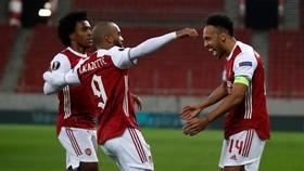 Pierre-Emerick Aubameyang ghi cú đúp giúp Arsenal vượt qua vòng 32 đội. Ảnh: Getty Images