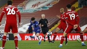 Nhấn chìm Liverpool, The Blues vào tốp 4