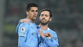 Bernardo Silva (phải) và Joao Cancelo là những cầu thủ không thể thiếu mùa này. Ảnh: Getty Images