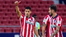 Luis Suarez đã giúp Atletico vượt mặt Barca đầy thuyết phục. Ảnh: Getty Images