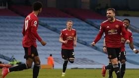 Luke Shaw mừng pha ghi bàn quyết định ở phút 52. Ảnh: Getty Images