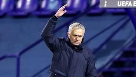 HLV Jose Mourinho với vẻ mặt đầy tức giận khi dõi theo trận đấu. Ảnh: Getty Images