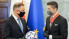 Robert Lewandowski được vinh danh bởi Tổng thống Ba Lan, Andrzej Duda.
