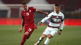 Cristiano Ronaldo (phải) trận thứ 2 liên tiếp tim tiếng và Bồ Đào Nha bị thủ hòa. Ảnh: Getty Images