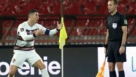 Cristiano Ronaldo phản ứng dữ dội ngay sau bàn thắng bị từ chối.