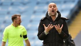 Phàn ứng không hài lòng của HLV Pep Guardiola trước thể hiện của cầu thủ trong trận thua Leeds United. Ảnh: Getty Images