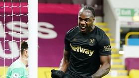 Michail Antonio giúp West Ham tiếp tục cuộc săn tìm suất dự Champions League. Ảnh: Getty Images