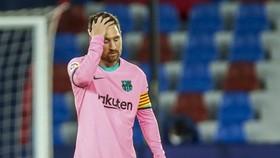 Những bàn thắng của Lionel Messi không thể bù đắp cho sai lầm phòng ngự. Ảnh: Getty Images