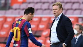 HLV Ronald Koeman chứng kiến nỗi thất vọng của Lionel Messi sau trận thua Celta Vigo.