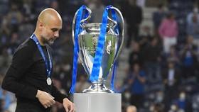 Pep Guardiola lặng lẽ bước qua danh hiệu mà ông chờ đợi suốt 10 năm qua. Ảnh: Getty Images