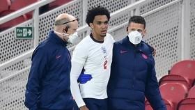 Trent Alexander-Arnold đầy lo lắng khi rời sân trong sự hỗ trợ. Ảnh: Getty Images