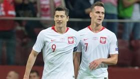 Arkadiusz Milik (phải) chia tay giải khiến không còn ai chia lửa với Robert Lewandowski.