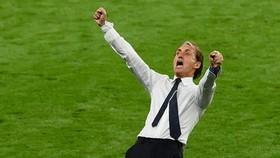 HLV Roberto Mancini phấn khích sau chiến thắng.