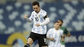Lionel Messi đánh dấu kỷ lục với 2 pha lập công trong chiến thắng 4-1 trước Bolivia.