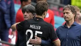 HLV Joachim Loew và Thomas Mueller chia sẻ với nhau sau trận đấu.