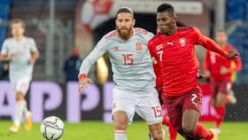Thụy Sĩ (phải) tấn công khi đối đầu Tây Ban Nha ở Nations League năm ngoái.