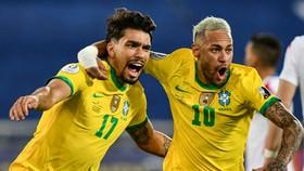 Lucas Paqueta (trái) mừng pha ghi bàn thắng duy nhất của trận đấu.