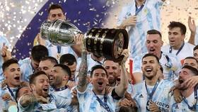 Lionel Messi lần đầu được vinh dự nâng cao danh hiệu cùng đội tuyển Argentina.