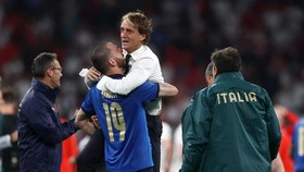 HLV Roberto Mancini hạnh phúc mừng chiến thắng.