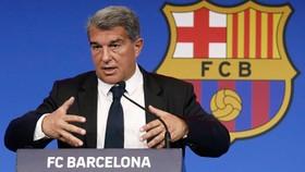 Chủ tịch Joan Laporta đang nỗ lực giải quyết tình hình tài chính của Barca.