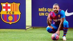 Memphis Depay đã chính thức ra mắt tại Barcelona.