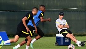 HLV Thomas Tuchel khá ung dung quan sát các cầu thủ trẻ tập luyện.
