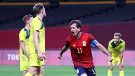 Mikel Oyarzabal phấn khích sau bàn thắng quan trọng.