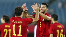Rafa Mir (phải) đã có một trận đấu để đời giúp Tây Ban Nha ngược dòng thắng khó tin.