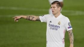 Toni Kroos vắng mặt dài hạn đang đẩy Real Madrid vào tình huống khó khăn.