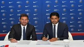Nasser Al-Khelaifi và Lionel Messi trong buổi ký kết hợp đồng.