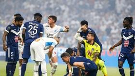 Cầu thủ 2 đội hoảng sợ khi Samuel Kalu bất ngờ gục ngã.