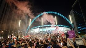 Người hâm mộ ken đặc bên trong lẫn ngoài sân Wembley ở chung kết Euro 2020.
