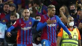 "Ronald Araujo (phải) vui mừng sau khi ""giải cứu"" Barca khỏi thất bại."